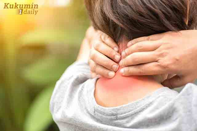 au cứng cổ, lan lên vùng vai gáy là các dấu hiệu hay gặp ở thoái hóa đốt sống cổ